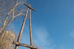 De transmissielijnen houten van de polen (steun) macht Stock Foto's