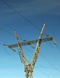 De transmissiepool van de macht met hemel als achtergrond Stock Foto's