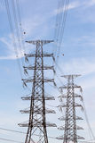 De transmissietoren op blauwe hemelachtergrond Stock Afbeelding
