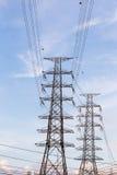 De transmissietoren op blauwe hemelachtergrond Royalty-vrije Stock Afbeelding