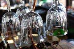 De transparante champagne van de de tulpenwijn van wijnglazen legde bodem van van het achtergrond glasclose-up barontwerp in stock afbeeldingen