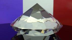 De transparante diamant roteert op één punt De vlagachtergrond van Frankrijk stock video