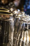 De transparante glazen en de koppen drogen en warmden op de koffiemachine op De Winkel van de koffie Achtergrond stock fotografie