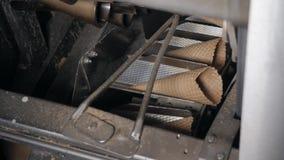 De transportband automatische lijnen voor de productie van roomijskegels Wafeltjekoppen en kegels Grote industriële productie A stock videobeelden