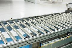 De transportband, en transportband op productielijnopstelling op schoon ruimtegebied Stock Fotografie