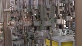 De transportband farmaceutische fabriek veroorzaakte de geneeskunde van spuitenflesjes verpakking verpakking van ge?indigd - prod stock footage