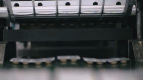 De transportband van de de pillenproductie van de apotheekgeneeskunde stock footage