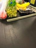 De transportband van de kruidenierswinkelopslag met vruchten Stock Fotografie