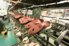 De transportband van de schoenfabriek Stock Foto's