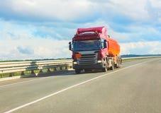 De transporten van de brandstofvrachtwagen brandstof Stock Fotografie