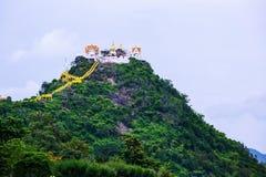 De trap aan de tempel op de bovenkant van Khao Chong Krachok Hill riep aapheuvel in Prachuap Khiri Khan royalty-vrije stock foto