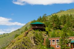 De trap beklimt bergen en rotsen onder de hemel en leidt Royalty-vrije Stock Afbeeldingen