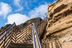 De Trap van de strandtoegang naar omhoog met Klip, Zonsondergangklippen, San Diego stock fotografie
