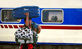 De travail portant tant de sacs à la station de Cantt de Karachi Image libre de droits