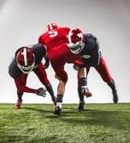 De tre amerikanska fotbollsspelarna i handling Arkivfoton
