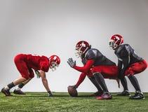 De tre amerikanska fotbollsspelarna i handling Royaltyfri Fotografi