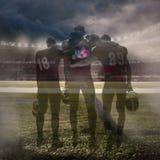 De tre amerikanska fotbollsspelarna i handling Royaltyfria Bilder