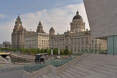 De tre nådarna som består av den kungliga levern, Cunarden och porten av Liverpool byggnader på pirhuvudet på floden Mersey arkivfoton