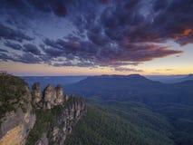 De tre systrarna och de blåa bergen på solnedgången, Katoomba, NSW, Australien royaltyfri bild