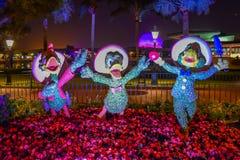 De tre topiariesna f?r Caballeros Jose Carioca, Donald Duck och Panchito Pistoles p? f?rgrikt landskap p? Epcot i Walt Disney Wor arkivfoto