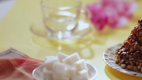 De trechtercake is op de lijst scène Concept heerlijk voedsel stock videobeelden
