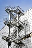 De trede van de metaaluitgang op de voorgevel van een modern gebouw met meerdere verdiepingen Royalty-vrije Stock Afbeelding