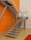 De trede van Metall met oranje muur Stock Foto's