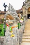 De treden aan Wat Phra That Lampang Luang royalty-vrije stock fotografie