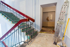 De treden en de ladder zijn het deel van binnenland van flat tijdens op de vernieuwing royalty-vrije stock foto's
