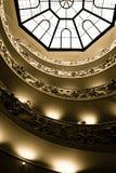 Dakraam en treden bij het Museum van Vatikaan stock afbeeldingen