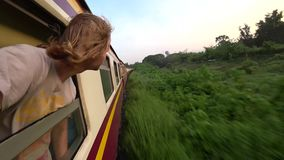 De trein begint in Bangkok gaat naar Chiang Mai stock video