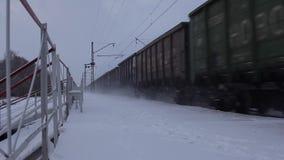 De trein berijdt voorbij het platform, twee schoten stock video