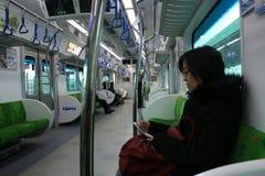De trein in de metro Seoel SEOEL - JULI 30: Het veranderen van wachten van de vriend van de koning Royalty-vrije Stock Fotografie