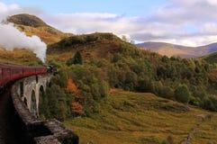 De trein die van de stoom Glenfinnan Viaduct, Schotland kruist Stock Fotografie
