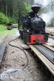 De trein die van de stoom met water opnieuw vult stock foto