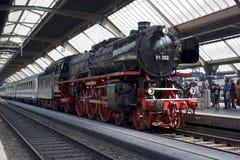 De trein die van de stoom op vertrek wacht royalty-vrije stock foto
