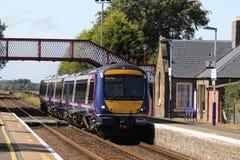 De trein die van Scotraildmu Barry Links-post overgaan stock fotografie