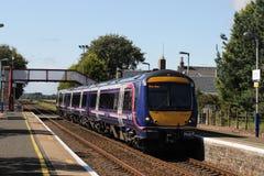 De trein die van Scotraildmu Barry Links-post overgaan stock foto's