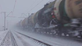 De trein die van tankwagens, Transsiberische Spoorweg overgaan stock footage