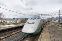 De trein E3 van de Reekskogel (Hoge snelheid) bij Akayu-post royalty-vrije stock fotografie