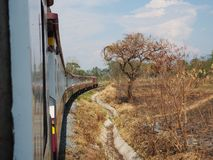 De trein en na in brand gestoken stock fotografie