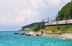 De trein gaat boven de Zwarte Zee. Stock Fotografie