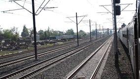 De trein gaat langzaam Spoorwegwerf over stock videobeelden