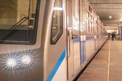 De trein hield bij het metro postplatform op met lichten Royalty-vrije Stock Foto's