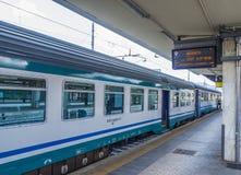 De trein komt bij de Centrale Post van Pisa - Trenitalia - PISA ITALIË - 13 SEPTEMBER, 2017 aan Royalty-vrije Stock Fotografie
