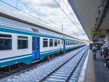 De trein komt bij de Centrale Post van Pisa - Trenitalia - PISA ITALIË - 13 SEPTEMBER, 2017 aan Royalty-vrije Stock Afbeelding