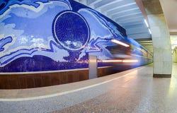 De trein komt bij de metropost Gagarinskaya aan in Samara, Royalty-vrije Stock Afbeelding