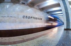 De trein komt bij de metropost Sportivnaya aan in Samara, R Royalty-vrije Stock Fotografie