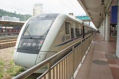 De trein komt bij de reaiway post van Guangzhou aan Stock Afbeelding