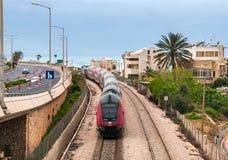 De trein komt bij de stad van Haifa aan Stock Foto's